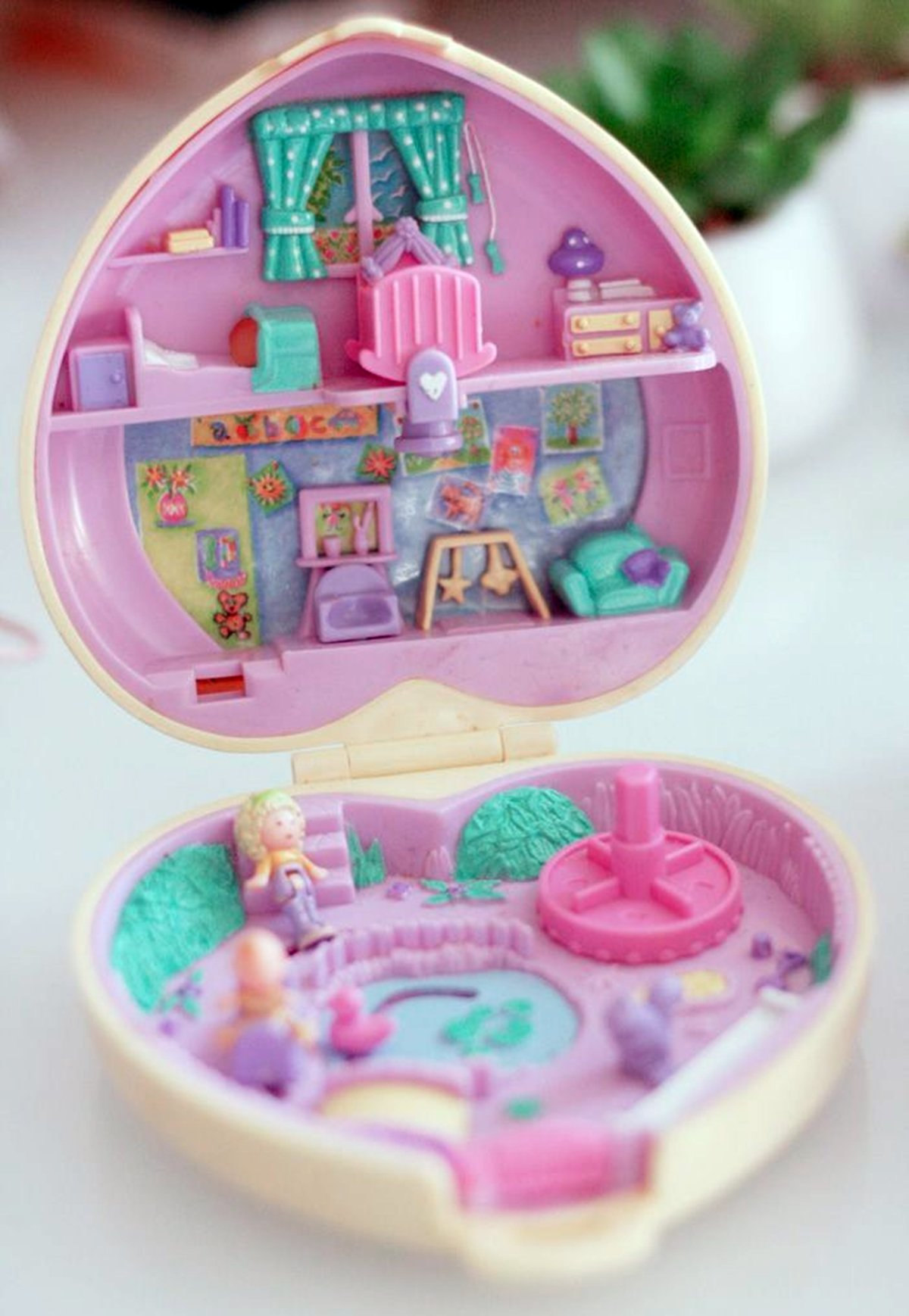 3 20 Things You Would Find In An 80s Girl's Bedroom