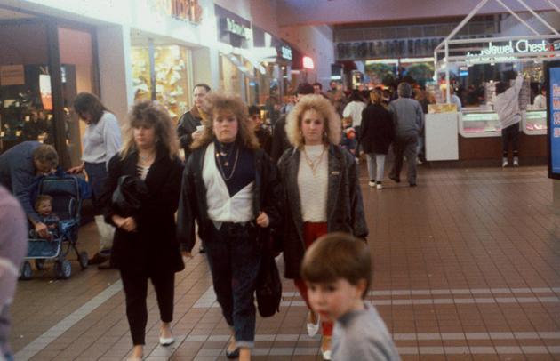 3ZhOXGi 15 Vintage Photos of 80s Malls To Make You Feel Nostalgic