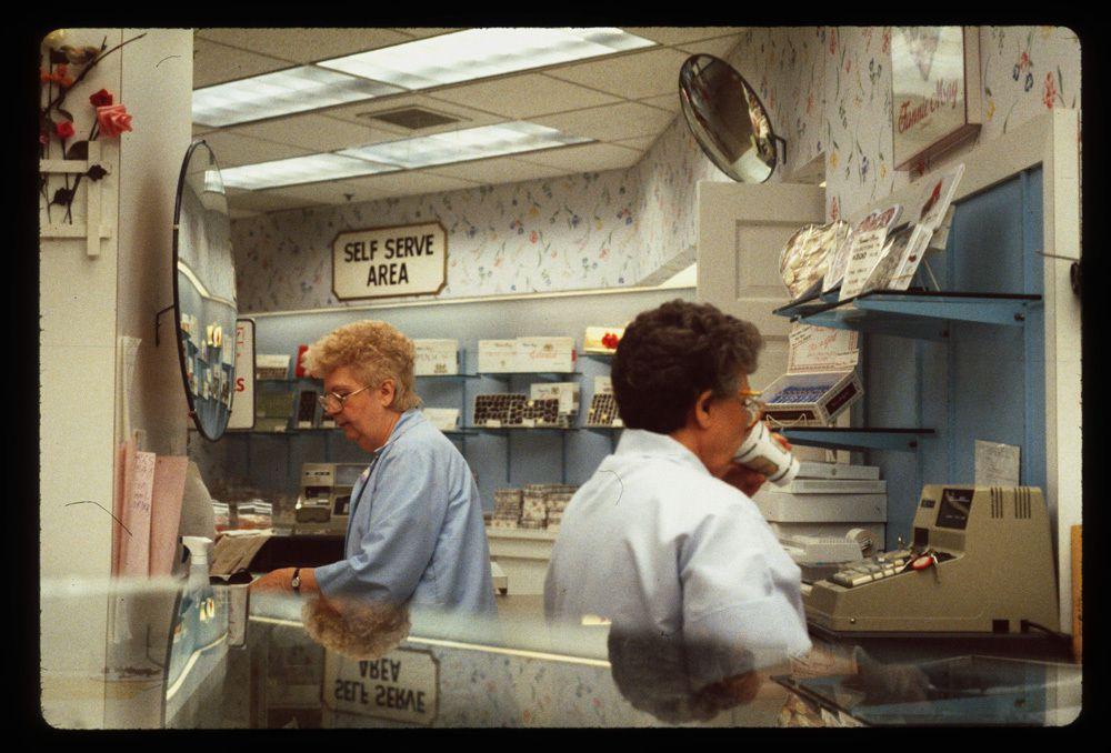 http 2F2Fa.amz .mshcdn.com2Fwp content2Fuploads2F20142F122FMalls 7 15 Vintage Photos of 80s Malls To Make You Feel Nostalgic