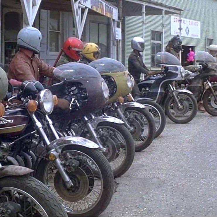 MV5BN2ViYTMzNWEtNWExNi00YjM2LWE4NDgtZjYyZmJiZjZjN2ExXkEyXkFqcGdeQXVyNjUxMjc1OTM@. V1 SX1777 CR001777740 AL e1573651252397 Illegal Stunts And Extras Paid In Beer: How They Made 1979's Mad Max
