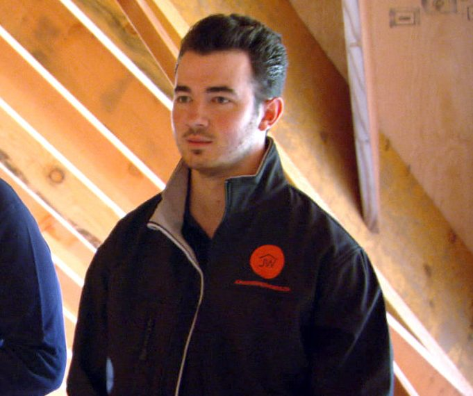 140925 2814875 Kevin Jonas is Kathy s Contractor 1 e1626774016422 23 Celebrities Who Now Have 'Normal' Jobs