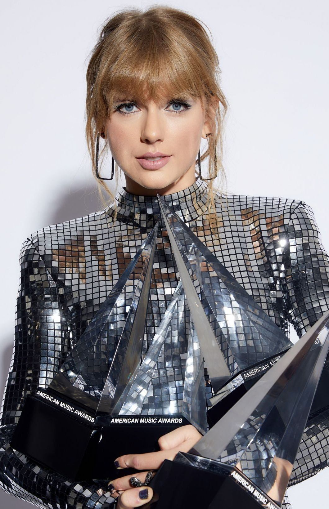 taylor swift 2018 american music awards portraits 4 e1544786229954 1 Celebs Before And After Surgery