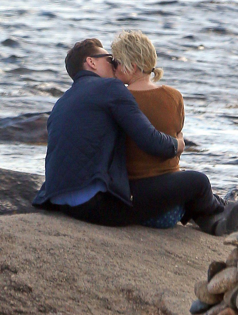 Taylor Swift kisses then-boyfriend Tom Hiddleston on the beach