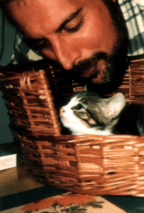Screenshot 2019 02 26 at 10.10.46 20+ Photos Of Freddie Mercury And His Beloved Cats