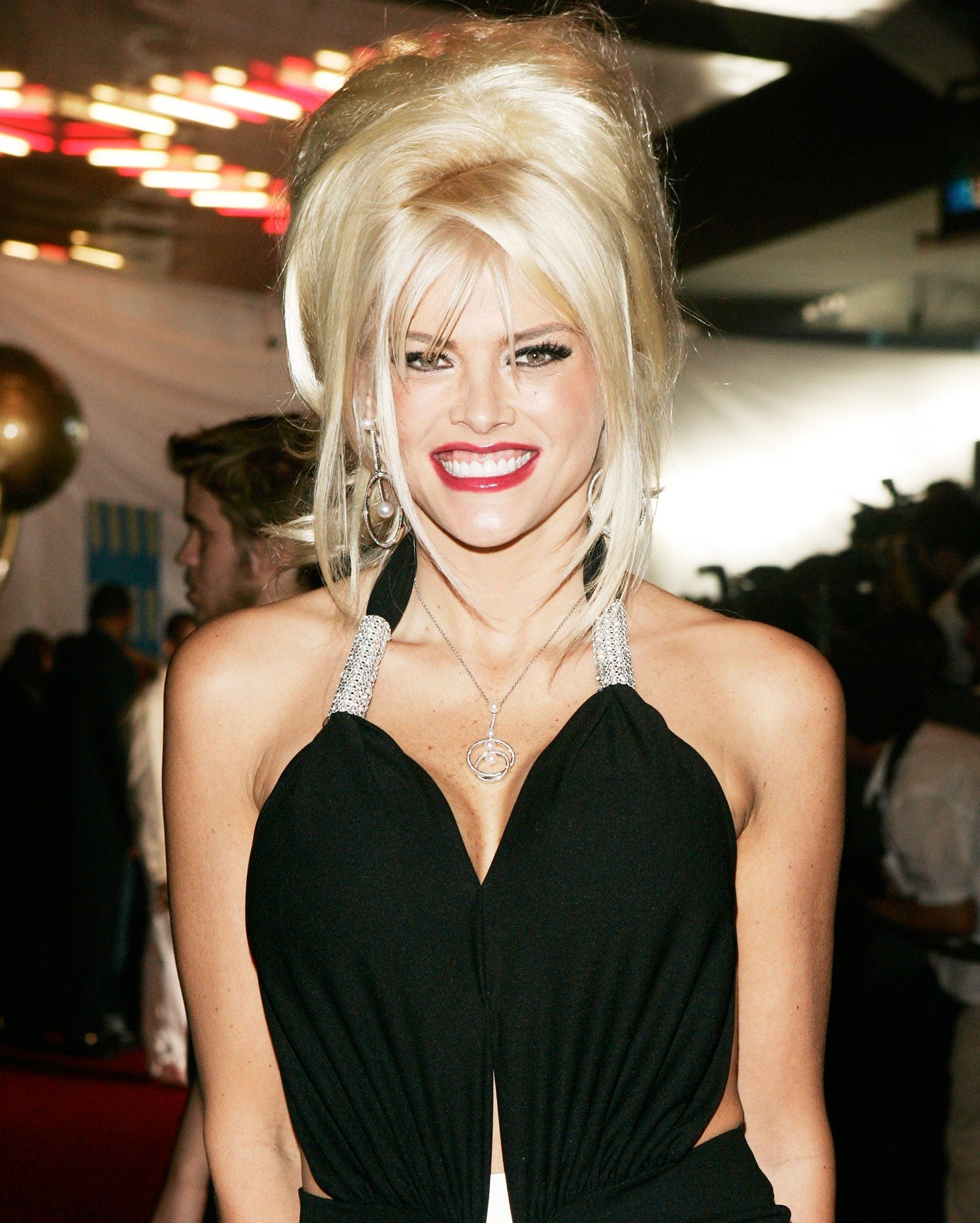 anna nicole smith a7b87f31 a6d2 41e0 a953 b4ad55c7aafc 25 Celebrity Deaths That Shocked The World