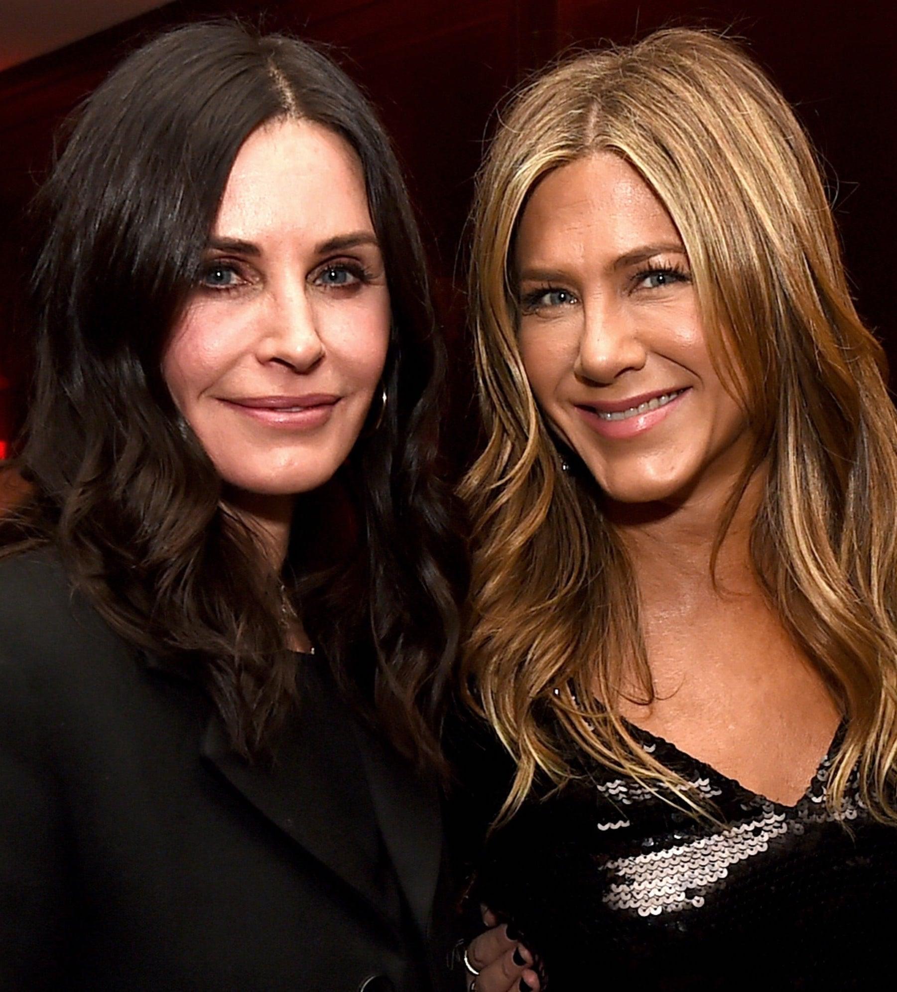 Jennifer Aniston Courteney Cox Dumplin LA Premiere Courteney Cox Reenacts Iconic Friends Scene While Moving Furniture Through Her House