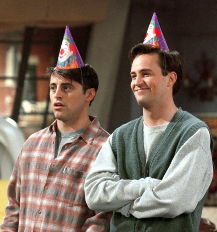 asi eran y asi son matt leblanc y matthew perry joey y chandler de friends. 5 There's Now A Friends-Themed Cards Against Humanity Set