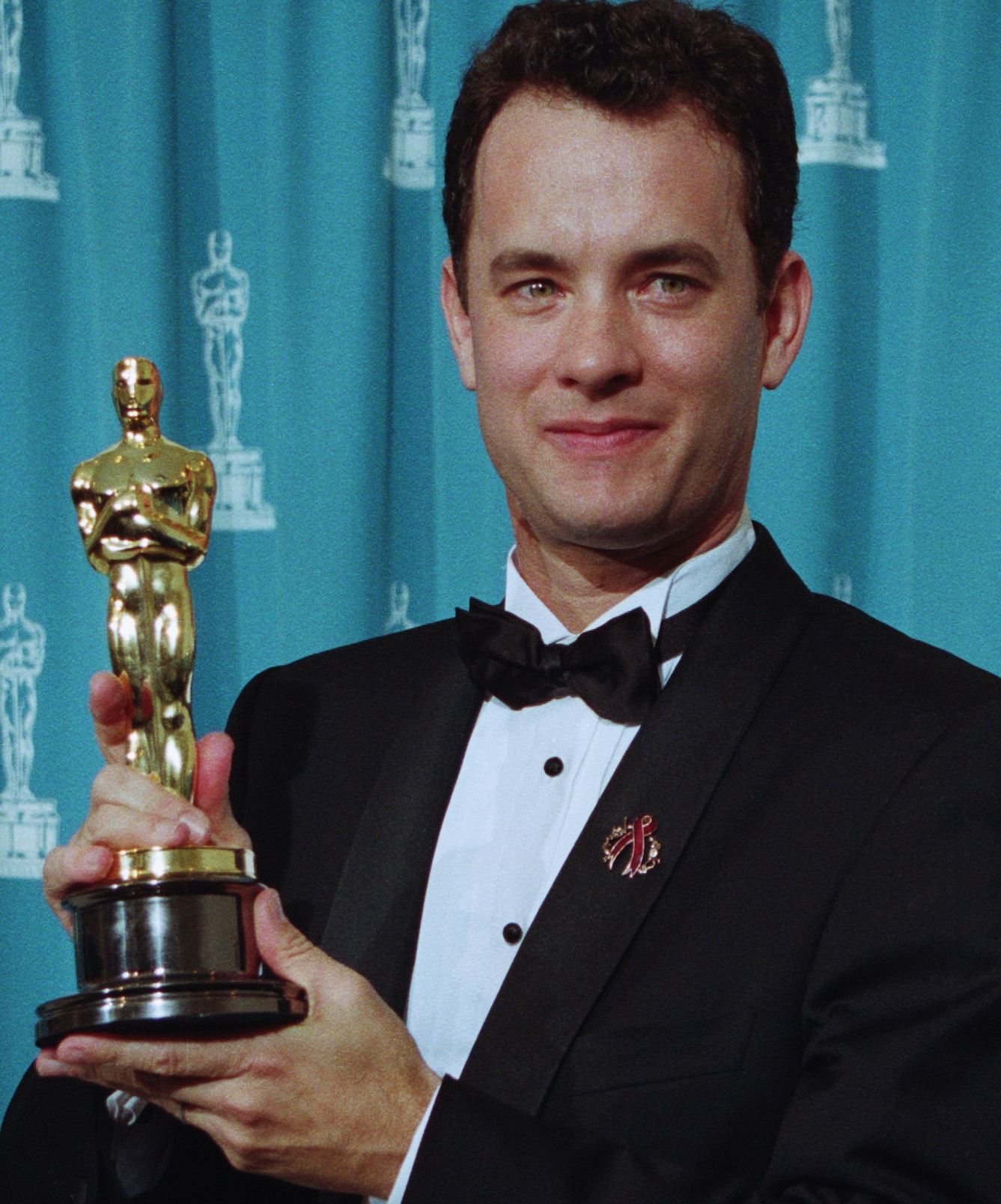 39080 tom hanks holding his oscar for philadelphia 10 Actors Who Seriously Injured Themselves To Win An Oscar