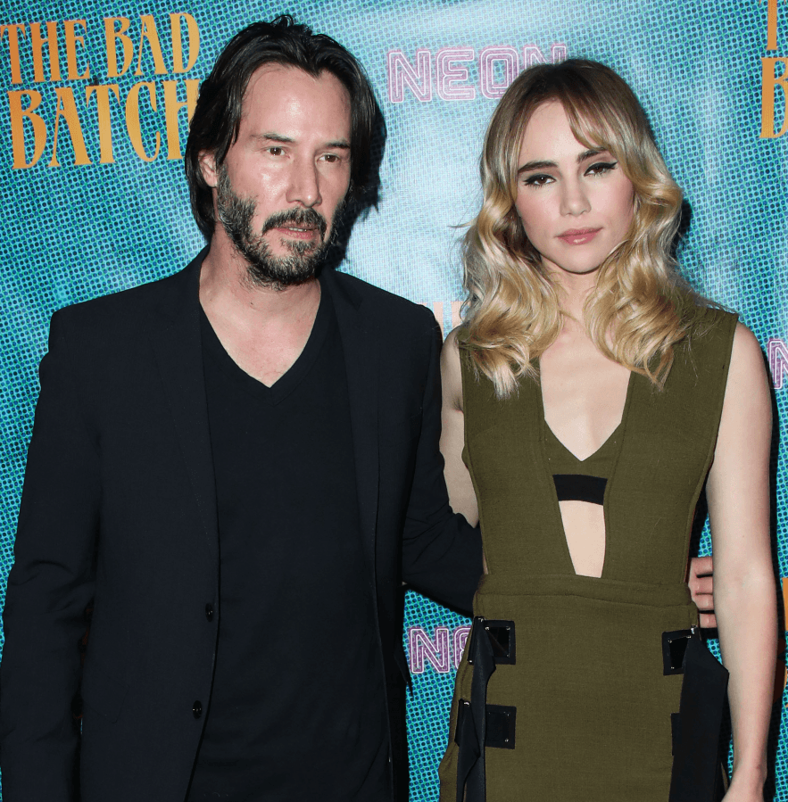 5cfe7cfeb76401063a390034 Keanu Goes Viral Again As People Notice His 'Hover Hand' In Photos With Female Fans