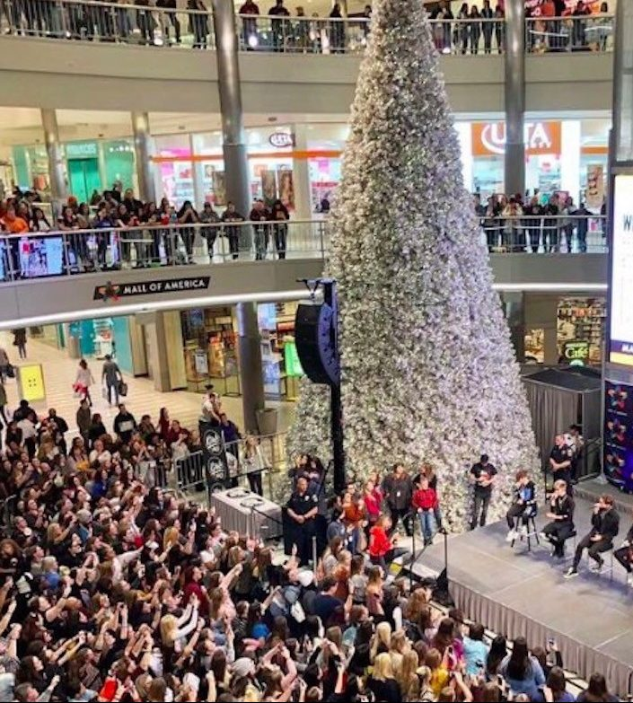 mall of america christmas e1580997139180 Put That Cookie Down, NOW, And Read These 20 Facts About Jingle All The Way