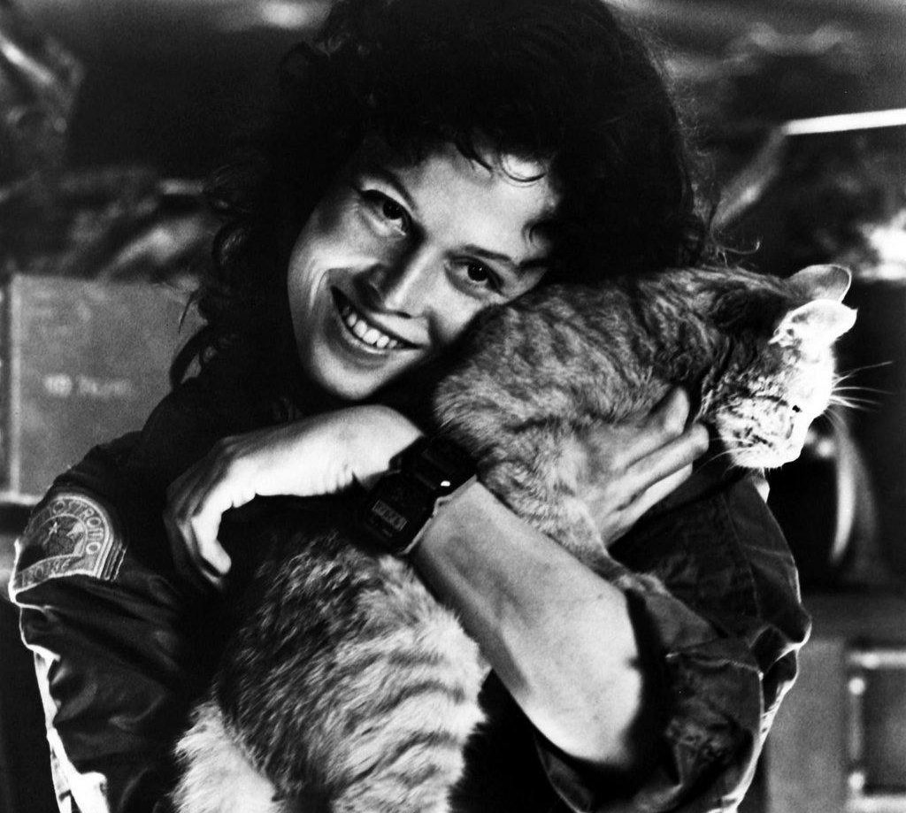 DmHtsbyW0AImBp4 e1601627823483 20 Things You Probably Didn't Know About Sigourney Weaver