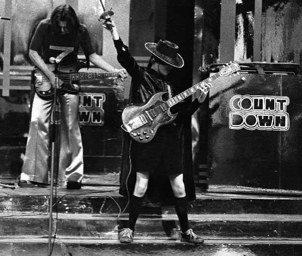 B1OIphBCUAAIdFT e1605878673778 20 Things You Never Knew About AC/DC