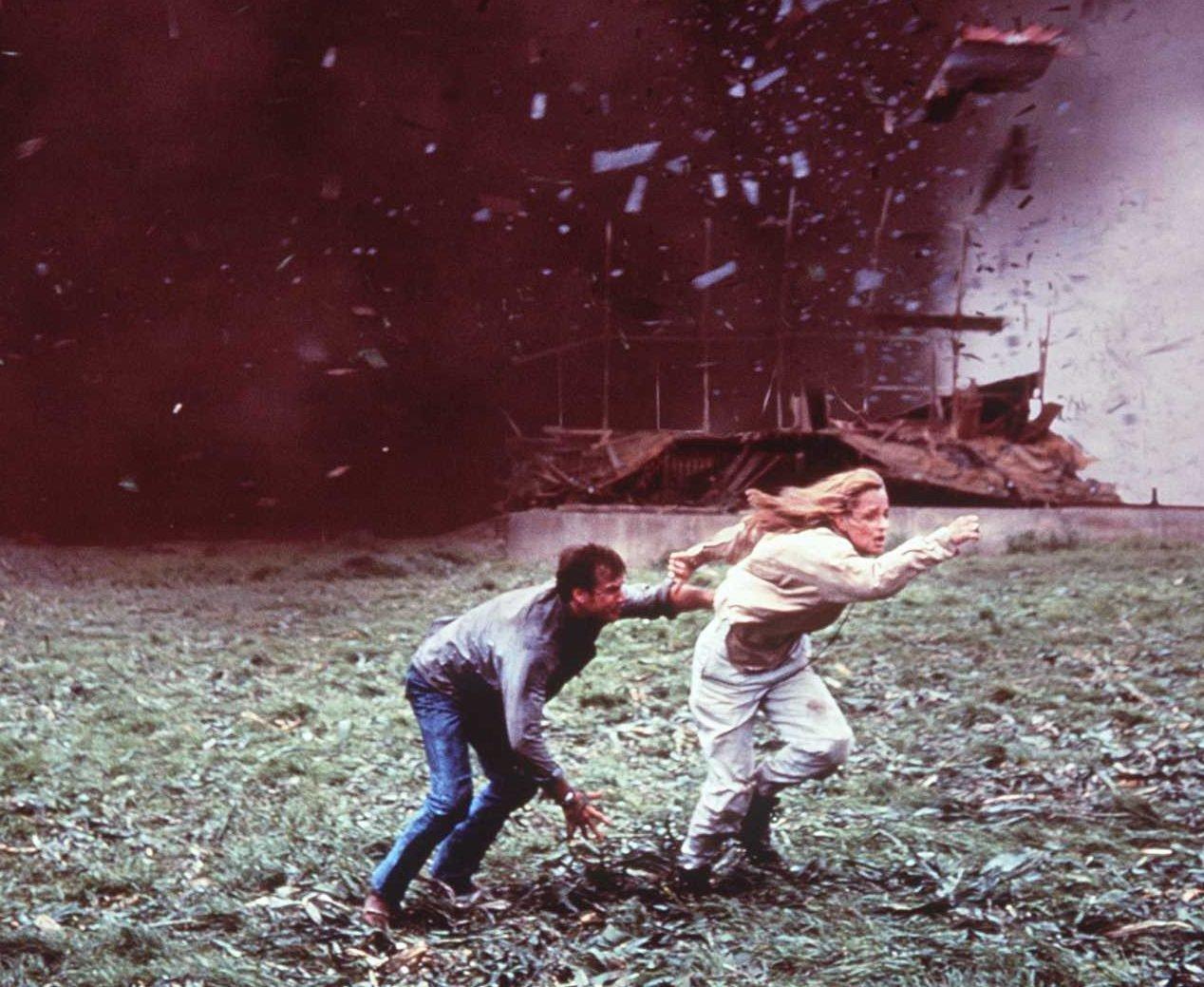 MV5BMTQwNTI1OTUyM15BMl5BanBnXkFtZTgwMTg4NzY3MTE@. V1 e1620812415171 Twister: 20 Facts About The 1996 Blockbuster That Will Blow You Away