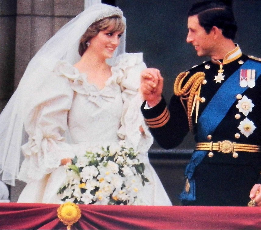 16626834260 1fe1af7474 b e1621521041364 Princess Diana's Most Iconic Outfits