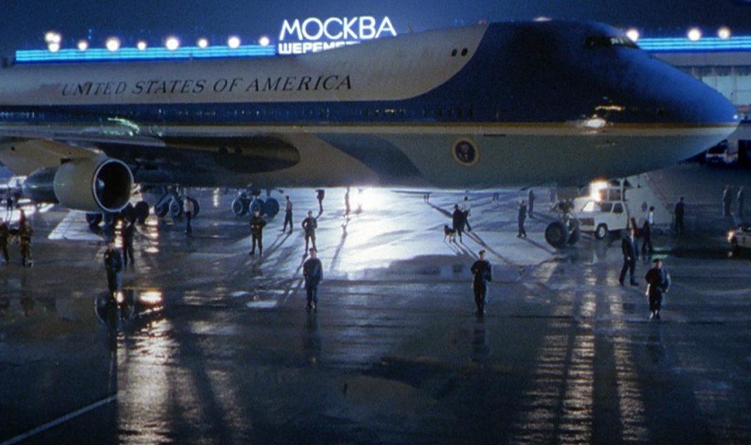 MV5BZTIyNTI2MmQtNTM5OS00NmMzLTliZmMtMjJjNzMzZmRjNGUxXkEyXkFqcGdeQXVyNzc5NjM0NA@@. V1 e1621608011920 20 Presidential Facts You Didn't Know About Air Force One