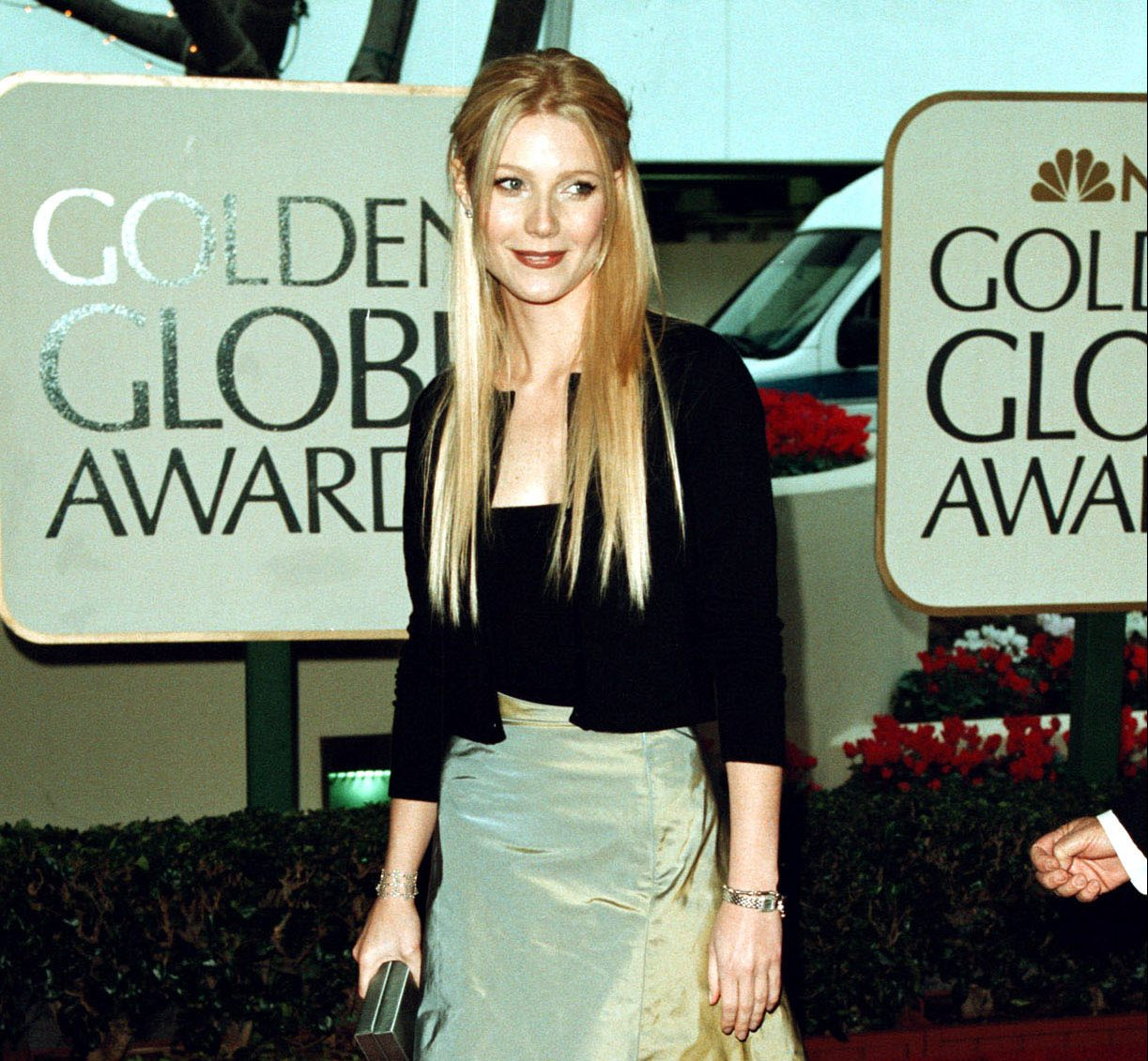 GettyImages 907446 e1627388805581 The Most Embarrassing Celebrity Red Carpet Looks Of The 90s
