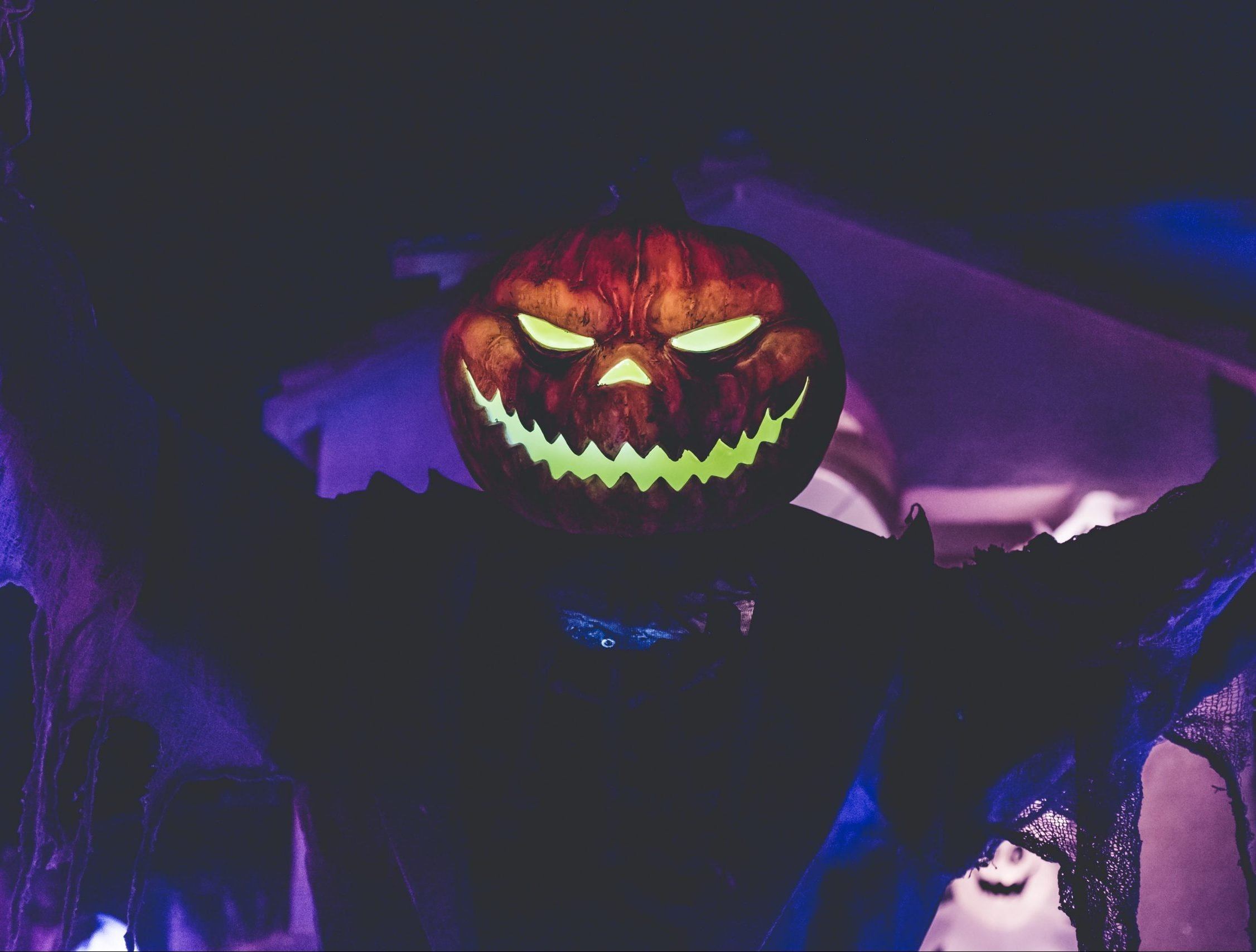 neonbrand ASNSoeead70 unsplash scaled e1626850740308 People Share The Scariest Things They've Ever Seen While Walking At Night